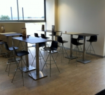 espace-repas-mange-debout-tabouret-pivotant-design