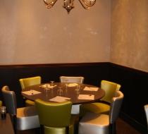 chaises et table restaurant japonais